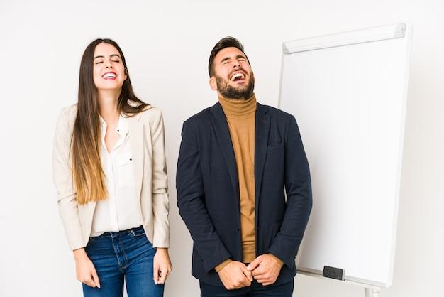 Młoda para biznesu śmieje się i zamyka oczy, czuje się zrelaksowana i szczęśliwa