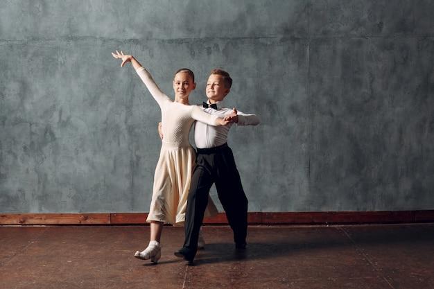 Młoda para chłopiec i dziewczynka taniec w tańcu towarzyskim walc wiedeński