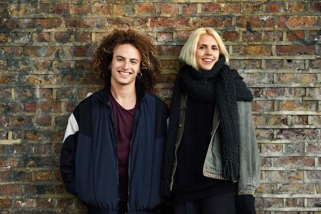 Młoda para cieszy się camden miasteczko przed ściana z cegieł typowym londyn