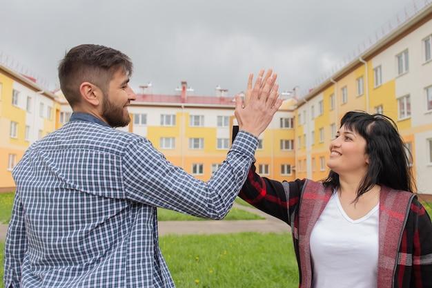 Młoda para cieszy się nowym mieszkaniem, kredytem hipotecznym