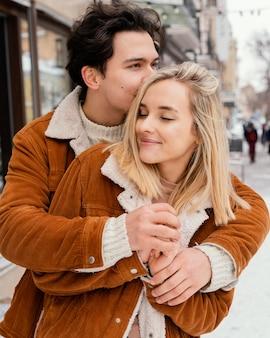 Młoda para cieszy się razem czas