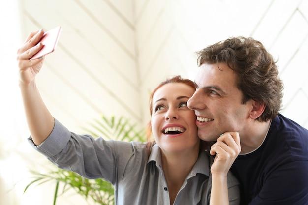 Młoda para cieszyć się razem w domu