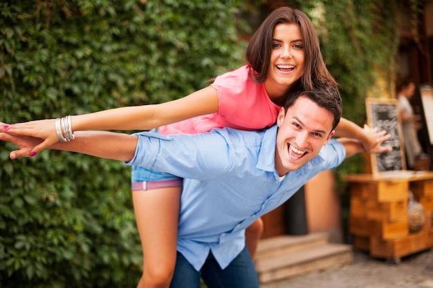 Młoda para dobrze się bawi podczas randki