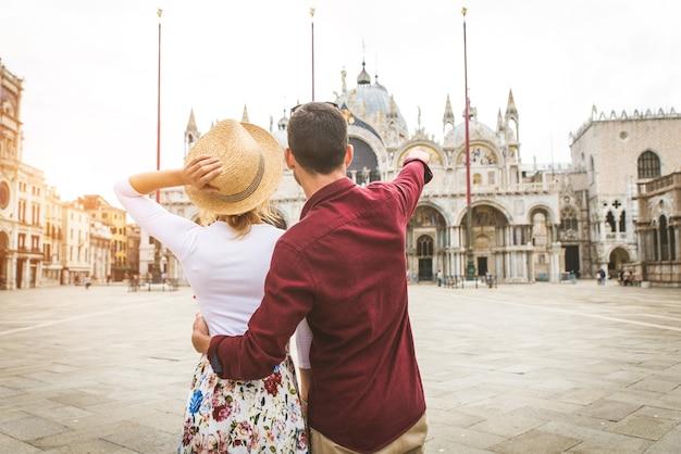 Młoda para dobrze się bawi podczas zwiedzania wenecji - turyści podróżujący po włoszech i zwiedzający najważniejsze zabytki wenecji - koncepcje dotyczące stylu życia, podróży, turystyki