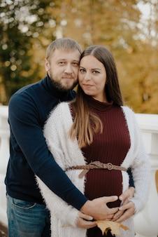 Młoda para dorosłych zakochanych w parku jesienią