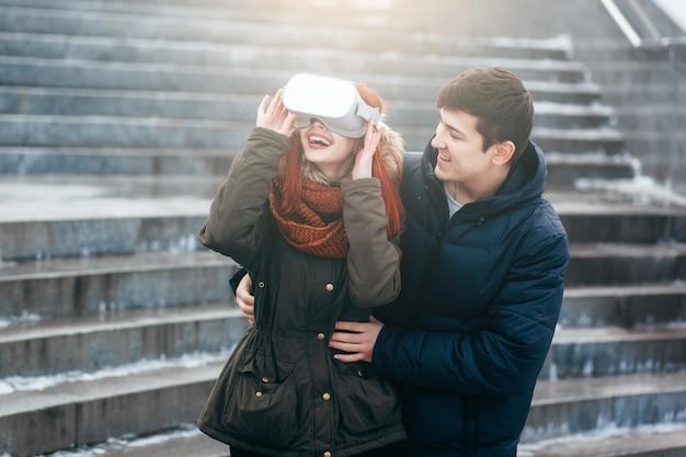 Młoda para doświadcza wirtualnej rzeczywistości (vr) na ulicy