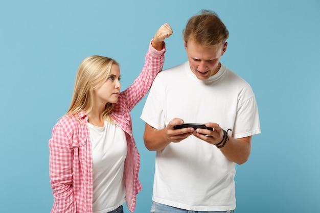 Młoda para dwóch przyjaciół mężczyzny i kobiety w białych różowych pustych koszulkach pozujących