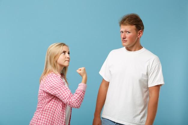 Młoda para dwóch przyjaciół mężczyzny i kobiety w białych różowych pustych pustych koszulkach pozowanie
