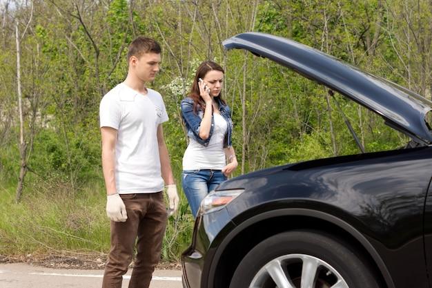 Młoda para dzwoni po pomoc drogową po zepsuciu samochodu