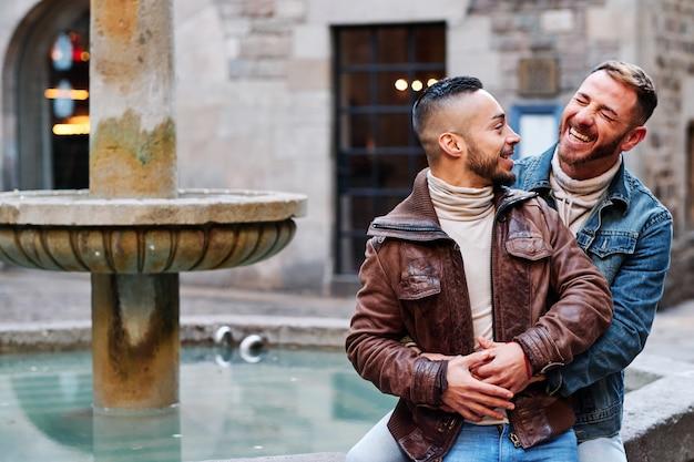 Młoda para gejów w barcelonie - koncepcja gejów