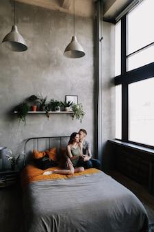 Młoda para głęboko zakochana przytulanie i całowanie. koncepcja walentynki, miłość, romantyczny, rodzinny