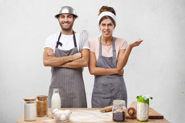 Młoda para gotować razem