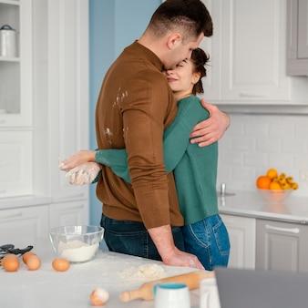 Młoda para gotuje w domu