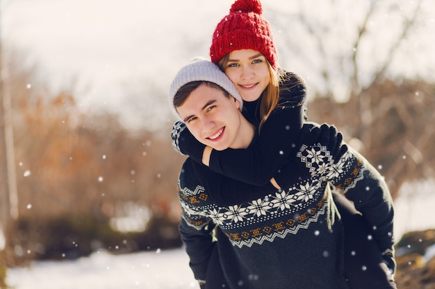 Młoda para gra na śnieżnym polu