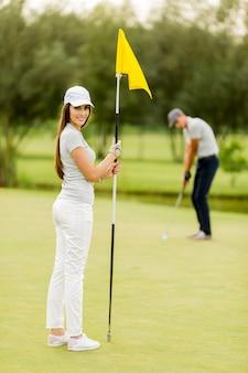 Młoda para gra w golfa