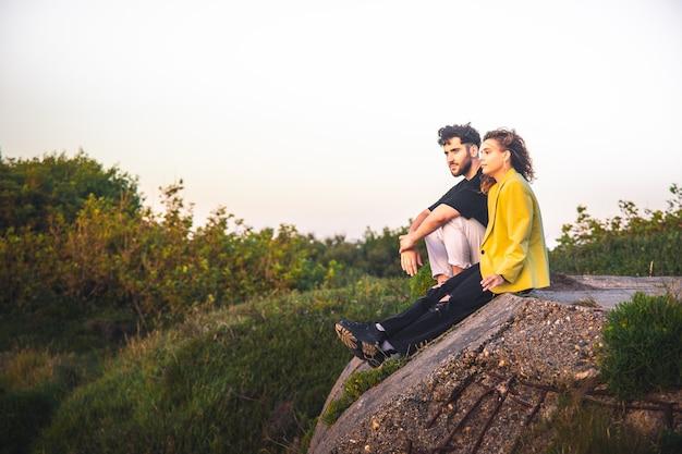 Młoda para heteroseksualna całuje się w parku