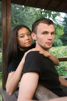 Młoda para heteroseksualna z rasy kaukaskiej spędzająca razem czas w parku