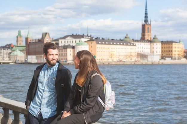 Młoda para hipster odwiedzając sztokholm