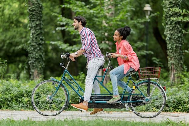 Młoda para jazda na rowerze tandem