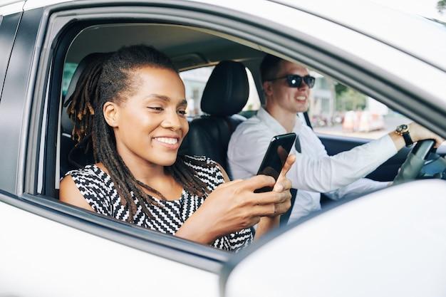 Młoda para jazdy samochodem w mieście