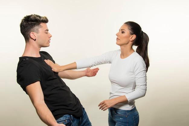Młoda para kłócąca się na białym tle