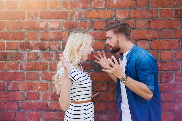 Młoda para kłóci się bardzo głośno