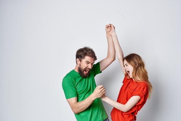 Młoda para komunikacja zabawa razem przyjaźń studio styl życia. zdjęcie wysokiej jakości