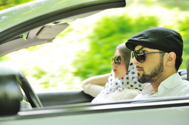 Młoda para korzystających w samochodzie w szybkim tempie