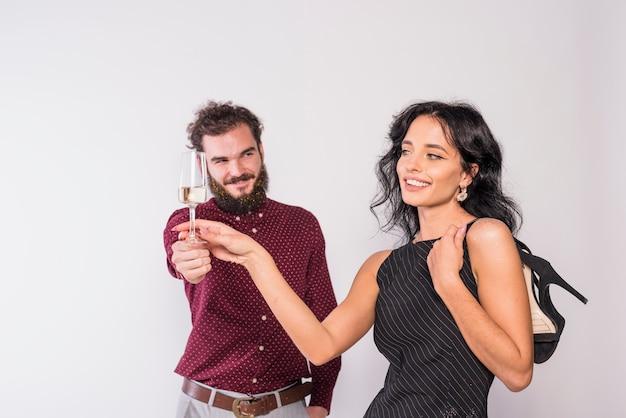 Młoda para korzystających wino musujące na imprezie