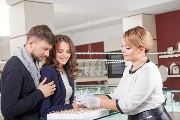 Młoda para kupuje biżuterię