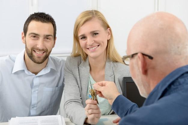 Młoda para kupuje dom