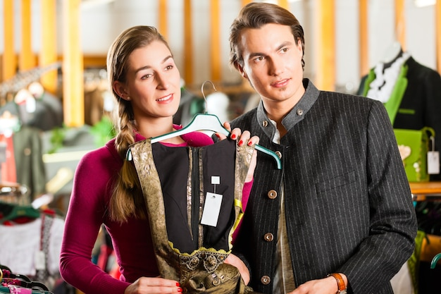 Młoda para kupuje w sklepie tracht lub dirndl