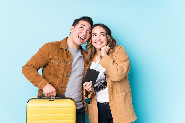 Młoda para łacińskiej gotowy do podróży