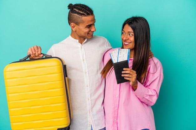 Młoda para latynoska podróżuje na białym tle na niebieskim tle