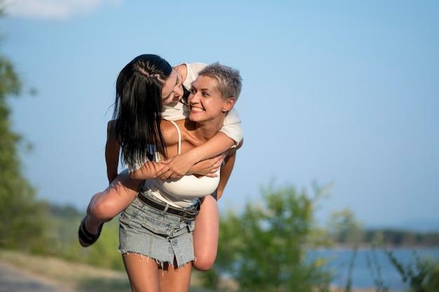 Młoda para lesbijek jeździć na barana