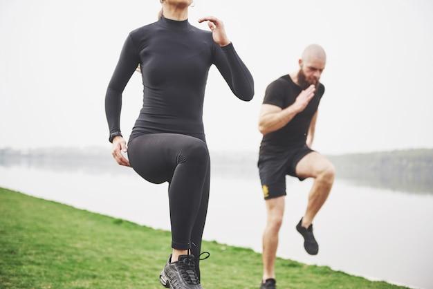 Młoda para lubi uprawiać sport rano na świeżym powietrzu. rozgrzej się przed ćwiczeniami
