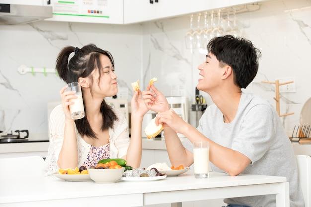Młoda para ma śniadanie w domu