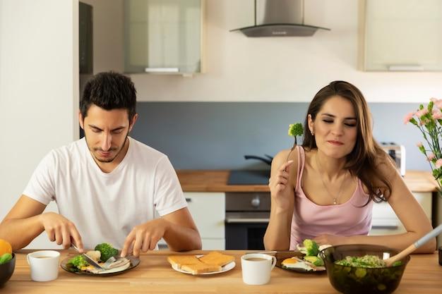 Młoda para małżeńska ma śniadanie w domu