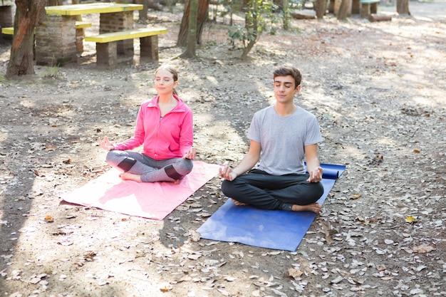 Młoda para medytuje po ciężkim tygodniu