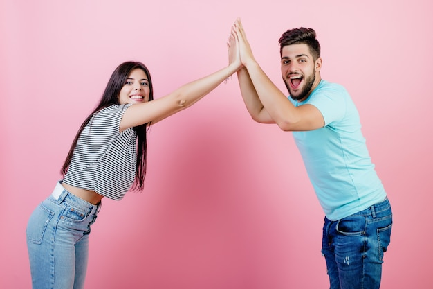 Młoda para mężczyzna i kobieta daje sobie piątkę