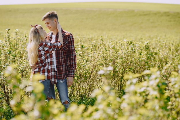 Młoda para mężczyzna i kobieta w polu lato