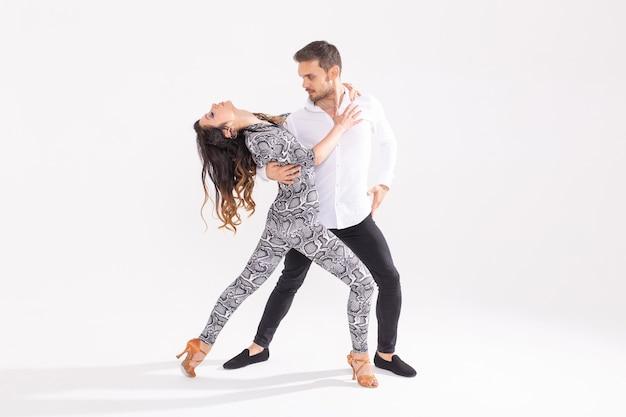 Młoda para miłość taniec taniec danse kizomba lub bachata na białym tle przestrzeni kopii