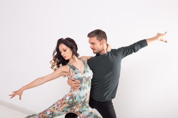 Młoda para miłość taniec taniec danse kizomba lub bachata na białym tle z miejsca na kopię