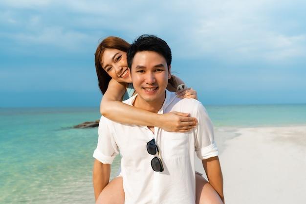 Młoda para na barana na plaży na wyspie koh munnork, rayong, tajlandia