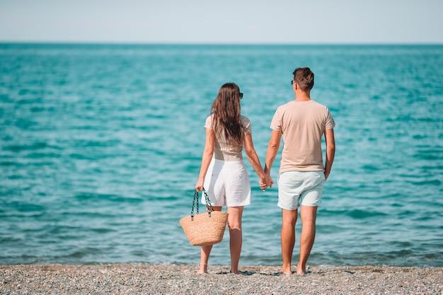 Młoda para na białej plaży podczas wakacji.