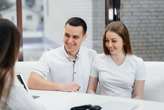 Młoda para na konsultacji ginekologa po usg. ciąża i opieka zdrowotna