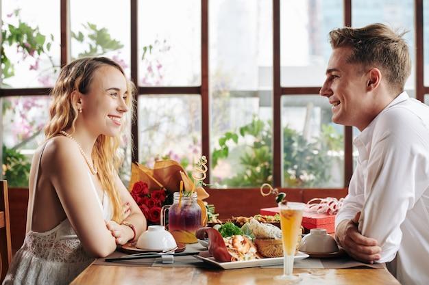 Młoda para na pierwszej randce