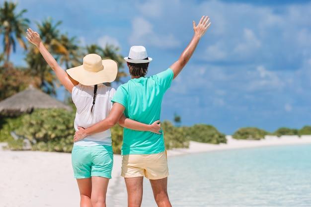 Młoda para na plaży molo na tropikalnej wyspie w miesiąc miodowy
