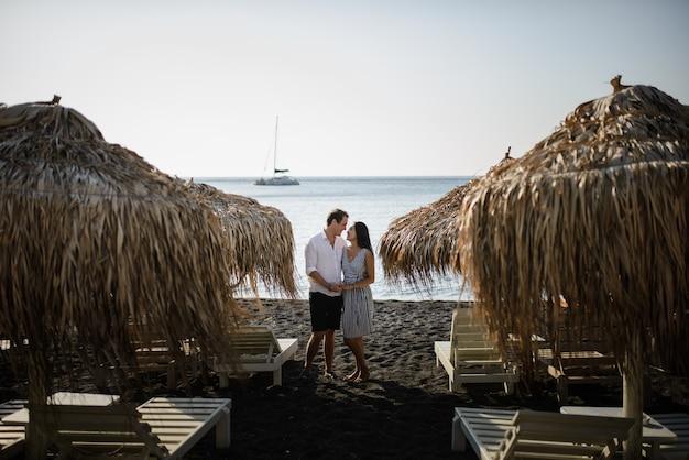 Młoda para na plaży na wyspie santorini