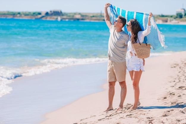Młoda para na plaży podczas wakacji